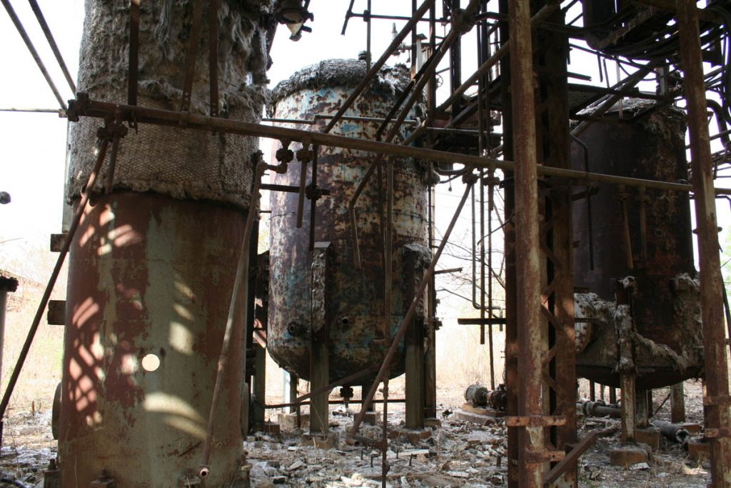 Thousands killed by release of toxic gas at Union Carbide plant in Bhobal